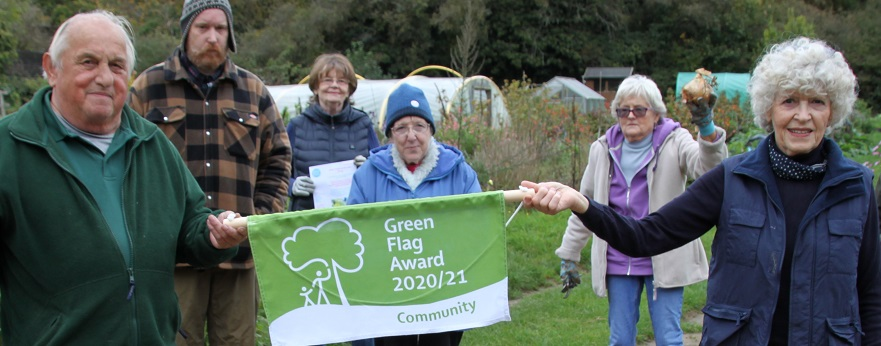 Image of the Green Heath group holding their Green Flag award